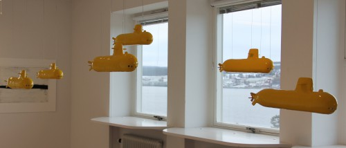 """We all live in a yellow submarine"" ubåtar 51x15 glaserad keramik 2014"