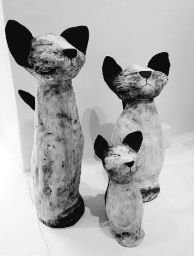 Keramik, ca 50 cm hög är den högsta katten.